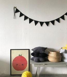 Black triangle Black Garland